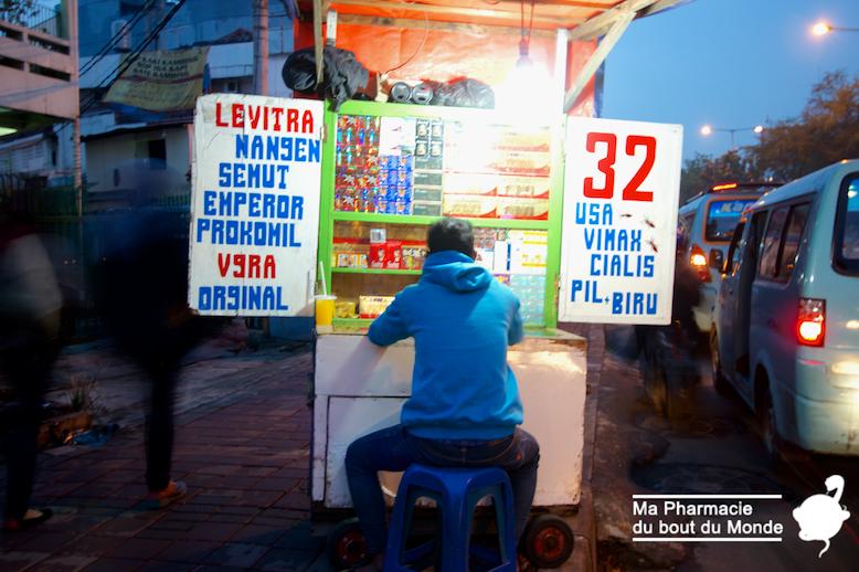 vente de medicaments (contrefacon) dans la rue en Indonesie