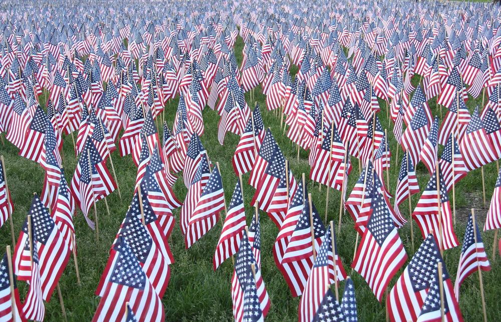 champ de drapeaux chez Shutterstock